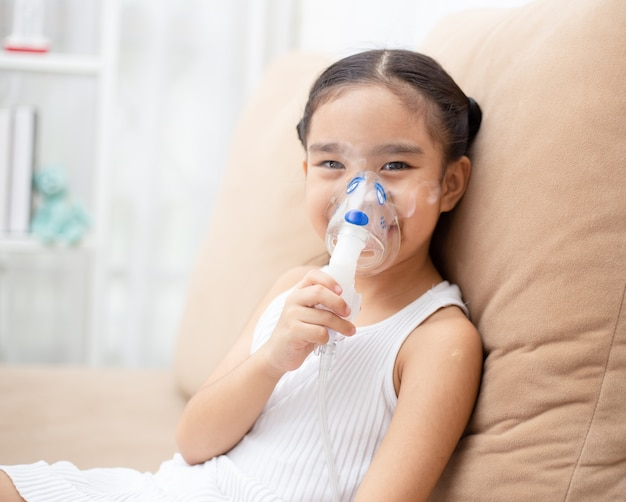 Thérapie d'inhalation de l'enfant par le masque de l'inhalateur