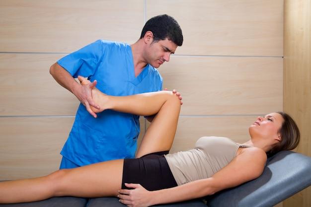 Thérapie de mobilisation de la hanche par un thérapeute pour une belle femme