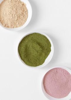 Thérapie relaxante spa sable de différentes couleurs