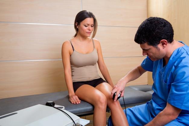 Thérapie de traitement par ultrasons machine médecin et femme