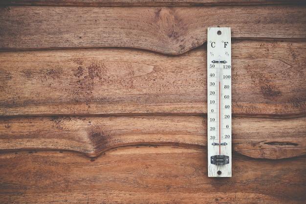 Thermomètre en bois calibré en degrés celsius sur le mur en bois
