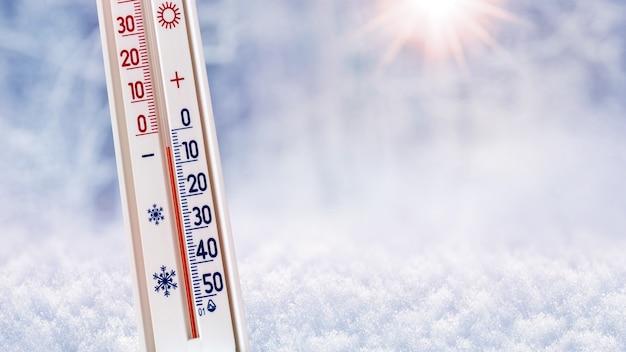 Le thermomètre sur un fond d'hiver montre 5 degrés au-dessous de zéro