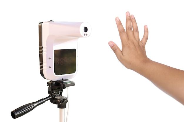 Thermomètre infrarouge mains libres et main isoler les femmes sur blanc