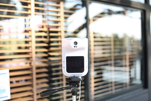 Thermomètre infrarouge mains libres utilisé par un restaurant pour vérifier le client