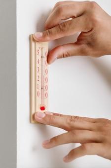 Thermomètre installé sur le mur
