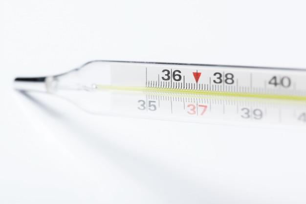Thermomètre à mercure, isolé sur fond blanc