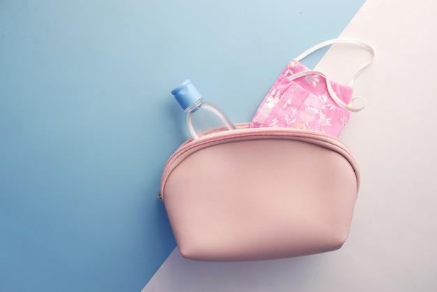 Thermomètre pour masques chirurgicaux et désinfectant pour les mains dans un petit sac