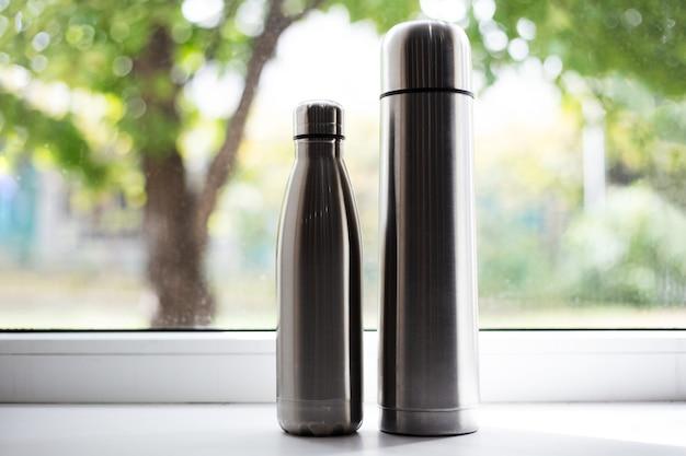 Thermos en acier et bouteille thermo pour l'eau.