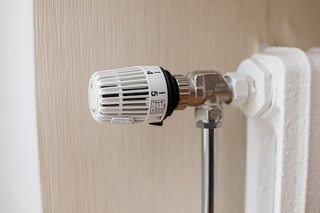 Le thermostat du radiateur en fonte règle la température.