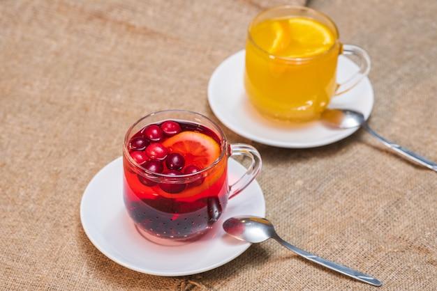 Thés délicieux et sains fraîchement préparés à partir de baies et d'argousier