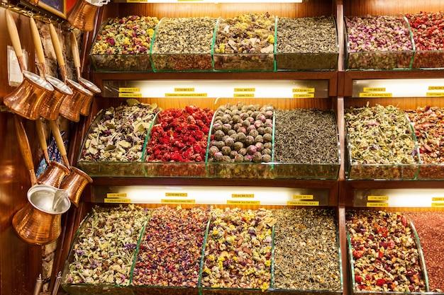 Thés disposés dans un magasin du grand bazar, à istanbul. fleurs de thé dans le bazar à istanbul