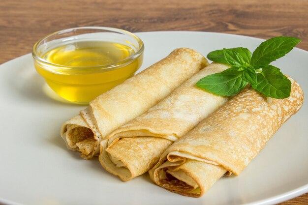 Thin pancakes sur une assiette