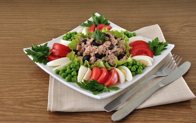 Thon aux olives et câpres et entouré de légumes en dés