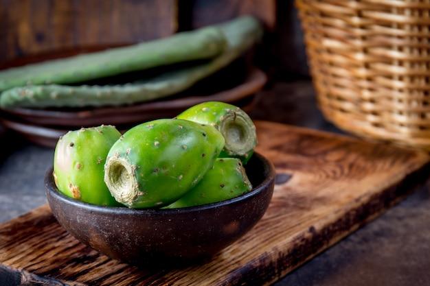 Thon, cactus, figue de barbarie, poire de cactus. thon aux fruits d'amérique latine