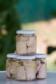 Thon en conserve dans un bocal en verre avec de l'huile d'olive