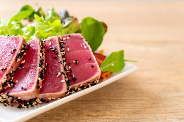 Thon frais cru avec salade de légumes - alimentation saine