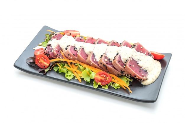 Thon frais cru avec salade de légumes et sauce
