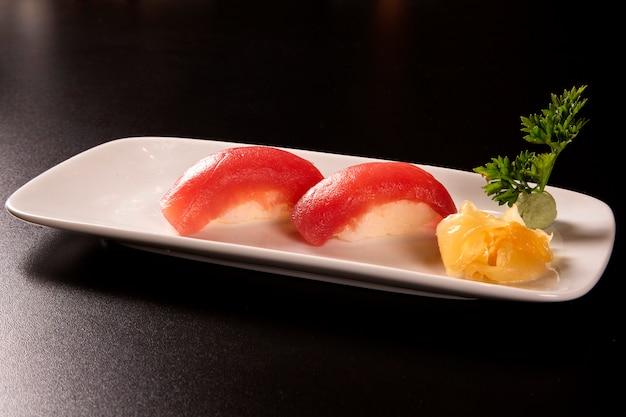 Thon nigiri, sushi tuna, cuisine japonaise sur plat en céramique, style de cuisine japonaise, menu japonais, thon à sushi, maguro sushi sur fond de plat, mise au point sélective.