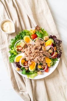 Thon avec salade de légumes et œufs - style alimentaire sain
