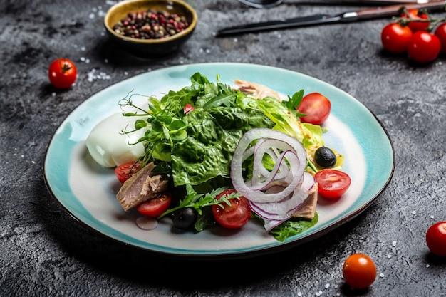 Thon avec salade de légumes et poché, oeuf. style de nourriture saine.