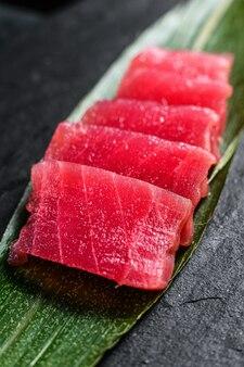 Thon sashimi sur une planche en pierre. vue de dessus. fermer