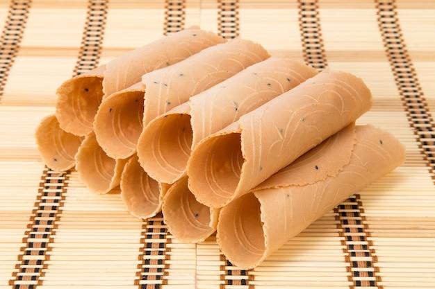 Thong muan est soigneusement placé sur des nattes de bambou