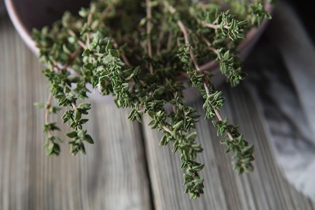 Thym - plante aromatique de la famille de la menthe est utilisée comme herbe culinaire, et la plante donne une huile médicinale