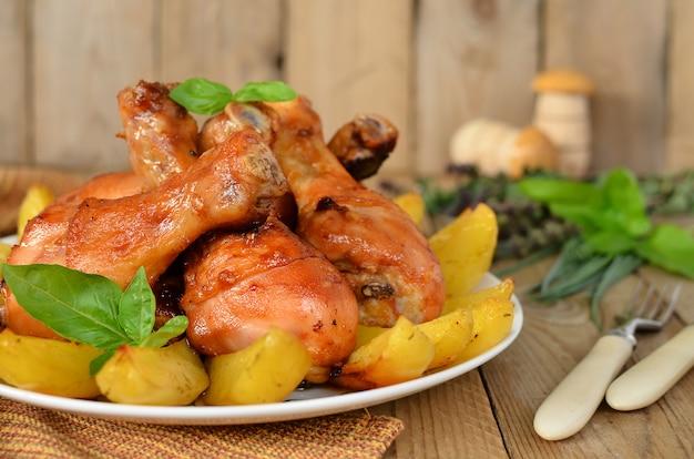 Tibias de poulet au four avec une pomme de terre