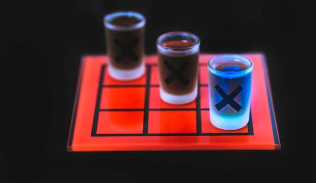 Tic tac toe jeu avec des verres à liqueur