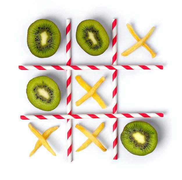 Tic tac toe plat composé de kiwi, de frites et de pailles.