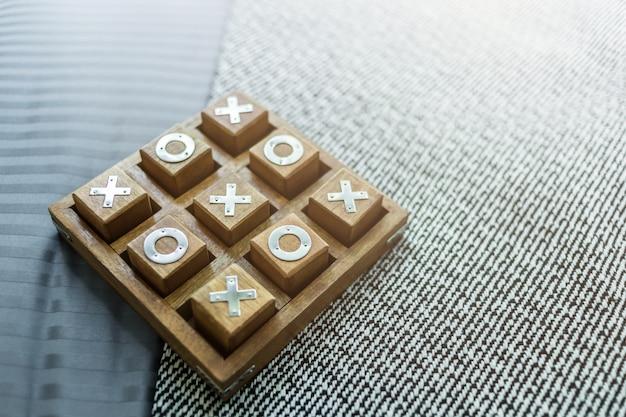 Tic tac toe plateau de jeu en bois sur tissu