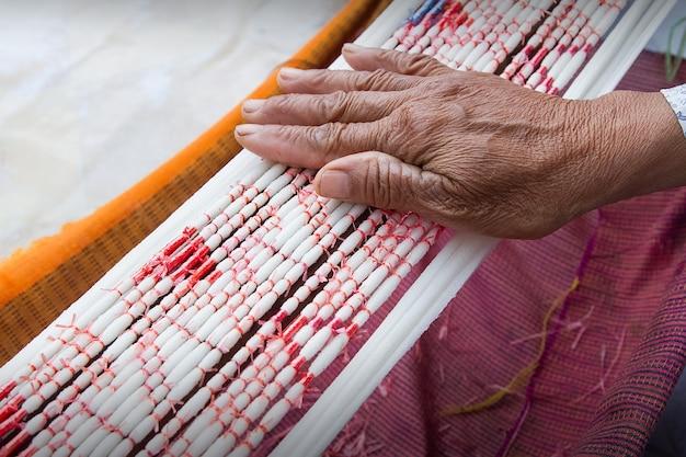 Tie dye technique de fils avant de tisser des vêtements