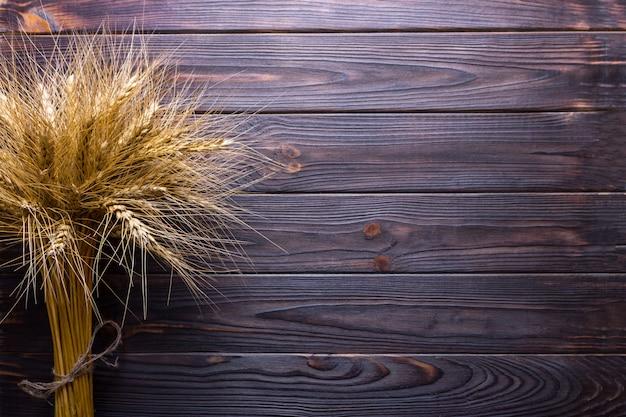 Tiges de blé, sur fond de bois concept de récolte