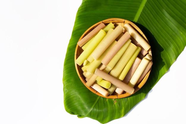Tiges de lotus dans le panier sur feuille de bananier.