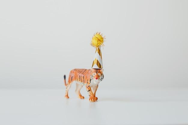 Tigre en chapeau de fête sur fond blanc symbole du nouvel an chinois 2022 carte d'anniversaire