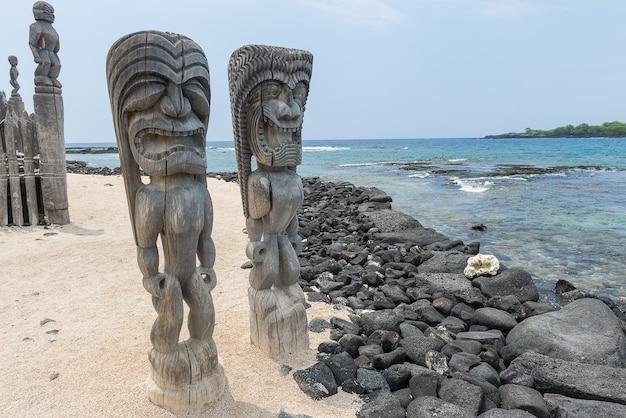 Tiki sculpté statue sur bois. sculpture antique d'hawaï
