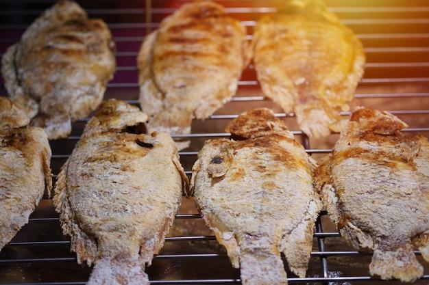 Le tilapia grillé au sel sur le poêle à charbon est une cuisine thaïlandaise.