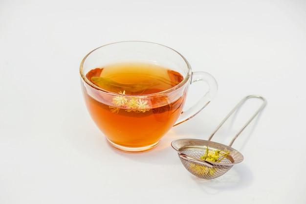 Tilleul. thé au tilleul. mise au point sélective nature thé boissons