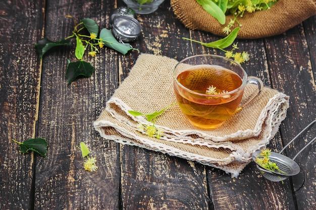 Tilleul. thé au tilleul. mise au point sélective. thé nature.