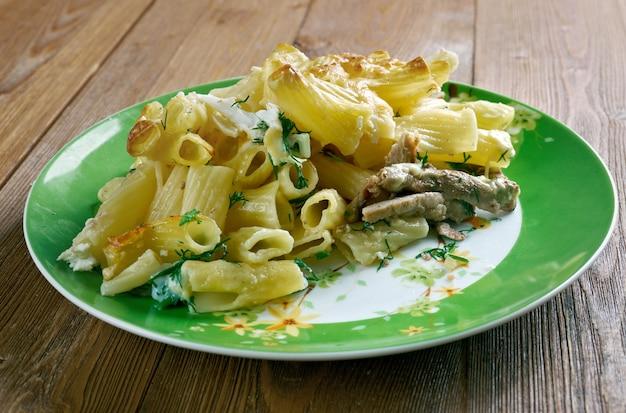 Timballo - plat italien composé de pâtes cuites au four, de riz ou de pommes de terre, d'un ou d'autres ingrédients, de fromage, de viande, de poisson, de légumes et de fruits