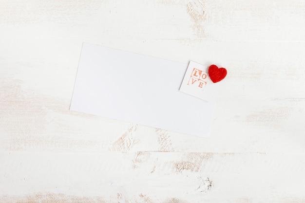 Timbre d'amour avec du papier blanc pour message