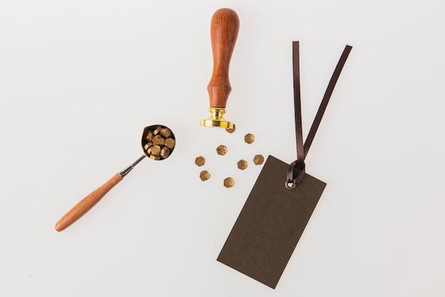 Le timbre et divers accessoires sont placés sur un fond à texture blanche