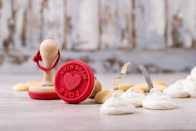 Timbre de la saint-valentin pour les cookies avec pavlov sur fond de bois clair