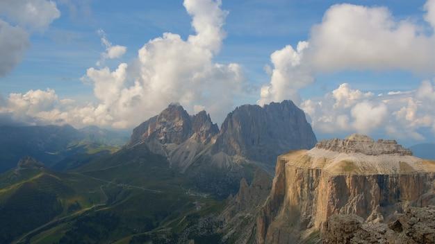 Time lapse: vue fantastique sur les montagnes et les nuages en cours d'exécution.