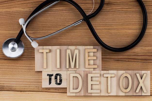 Time to detox - texte en lettres vintage sur des blocs de bois avec stéthoscope.