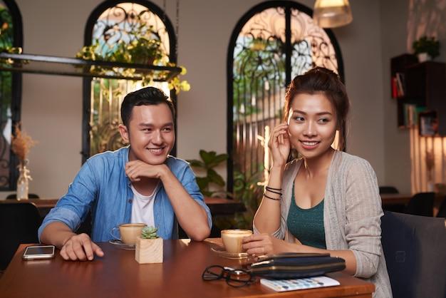 Timide couple asiatique sur date