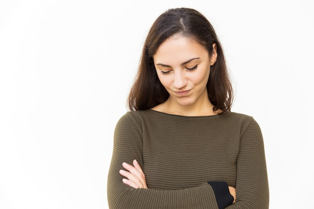 Timide femme latine embarrassée avec les bras croisés