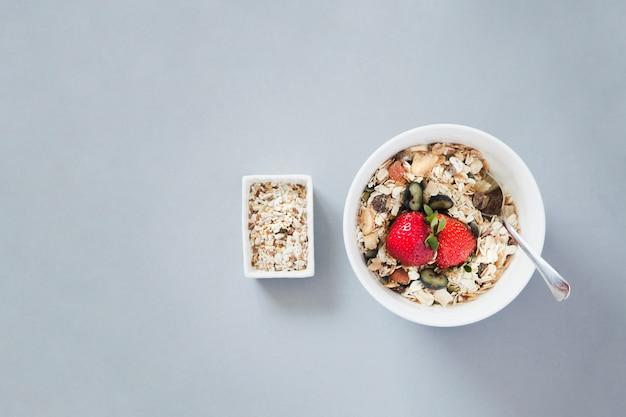 Tir aérien du bol muesli de petit-déjeuner
