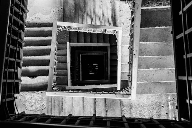 Tir aérien d'un escalier en colimaçon en noir et blanc