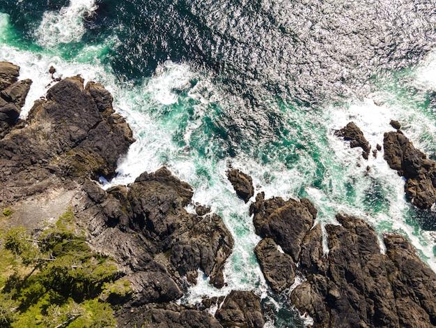 Tir aérien d'une mer avec des pierres rocheuses